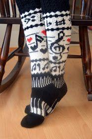 Minulla on ystävä, jolle musiikki on lähellä sydäntä. Nähdessäni nämä sukat ajattelin heti, että tuossa on hänelle sukat. Näytin hänelle ... Leg Warmers, Ravelry, Knit Crochet, Slippers, Pattern, Accessories, Knitting Ideas, Scrapbooking, Diagram