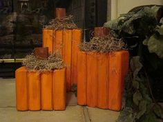 pumpkins - but lay them on their side, smaller board on bottom and top. 2x4 Crafts, Fall Wood Crafts, Halloween Wood Crafts, Fete Halloween, Autumn Crafts, Thanksgiving Crafts, Holidays Halloween, Thanksgiving Decorations, Halloween Decorations