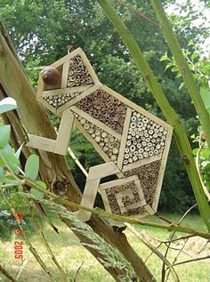 Breuillet Nature: Hôtels à insectes (Album) Plus Garden Crafts, Garden Projects, Yard Art, Bug Hotel, Mason Bees, Bee House, Garden Animals, Bird Houses, Garden Inspiration