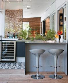 Modern kitchen with wine cork glass wall and Moroccan inspired tiles Três projetos de varandas gourmet - Casa Cork Wall, Wall Bar, Interior Exterior, Interior Design, Andermatt, Kitchen Pantry, Cool Rooms, Bars For Home, Apartments
