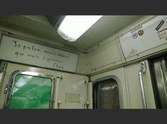 """""""Le métro ne marque plus les arrêts à République mais #JeSuisCharlie est bien là quand on lève les yeux"""", commente @SDionys en légende de cette photo qu'il a postée sur Twitter le 7 janvier."""
