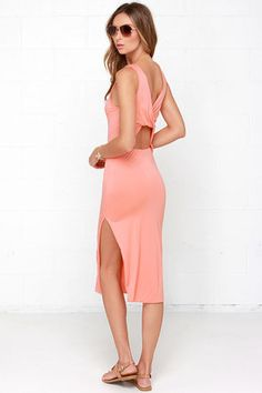 Women's midi dresses are perfect for many occasions, from a cocktail party to a wedding to a night out or a weekend brunch. Make a midi dress formal or casual. Vestidos Junior, Junior Dresses, Stylish Dresses, Nice Dresses, Casual Dresses, Maxi Dresses, White Midi Dress, Slit Dress, Pink Dress