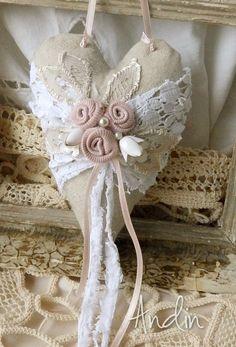 Srdíčko ve stylu Shabby chic Krajky, perličky, porcelánové květy bělavé barvy a ručně tvořené růžičky. Závěs starorůžová atlasová stužka. 9 x 13 cm