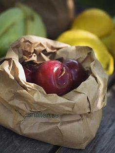 14.  Frutta matura in una notteSe avete acquistato della frutta un po' acerba, basta metterla in un sacchetto di carta con una mela e lasciar fare all'etilene che, rilasciato da quest'ultima, accelererà il processo di maturazione dell'altra frutta.