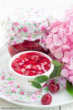 Frużelina z wiśni to jedne z moich ulubionych, letnich przetworów. Za wypiekami z wiśniami jakoś specjalnie nie przepadam, kompot czy sok wiśniowy są mi Mixed Grill, Sweet Recipes, Party Time, Jelly, Tea Cups, Berries, Deserts, Cherry, Sweets