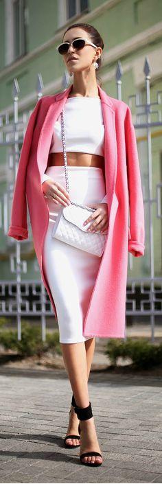 Femme sexy et élégante, lunettes de soleil, manteau rose, Pink accent