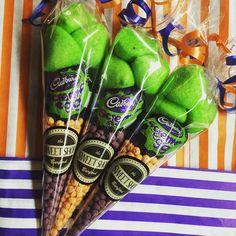 Sweet treats for Halloween! trickortreat happy h+ Childrens Halloween Party, Lion Halloween, Halloween Gift Bags, Halloween Sweets, Halloween Food For Party, Halloween Chocolate, Sweetie Cones, Candy Cone, Sweet Jars