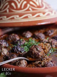 lecker & co: Fleischbällchen-Tajine mit Tomatensoße - Zu Gast in Marokko {Rezept und Rezension}