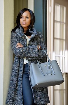 coat game on fleek! 9 Looks That Prove Olivia Pope Has The Best Coat Game on Television Olivia Pope Style, Olivia Pope Outfits, Olivia Pope Wardrobe, Scandal Fashion, Instyle Fashion, Jessica Parker, Tweed Coat, Boucle Coat, Looks Chic