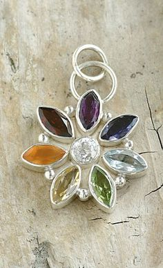 Chakra Star The cubic-zirconia at the centre of this star embodies the divine, pure and clear light. The petals symbolize our chakras, which are all inter-connected. Pendant, diameter ca. 23 mm - [€47.12]
