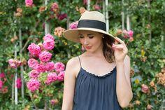 Outfit: 'Dark Blue Jumpsuit with Lacedetails'   Mood For Style - Fashion, Food, Beauty & Lifestyleblog   Outfitpost mit einem Jumpsuit mit Spitze von Vila, einem Strohhut von Loevenich, Plateau-Sandalen sowie einer Bucket Bag von Tory Burch.