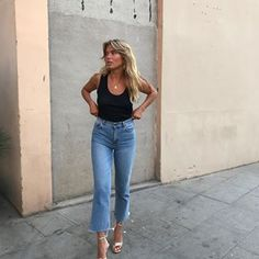 17 Simple Denim Outfits You Can Copy Now cropped jeans, black tank top and gold sandals Fashion Mode, Look Fashion, Fashion Outfits, Womens Fashion, Fashion Ideas, Street Fashion, Retro Fashion, Trendy Fashion, Fashion Tips