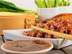 Crispy duck med hoisinsaus og pannekaker Chinese Pancake, Duck Confit, Pulled Pork, Food To Make, Dips, Pancakes, Cabbage, Food And Drink, Vegetables