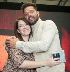 Ricky Martin Instore walmart puerto rico... Love him!!... The first fan!!