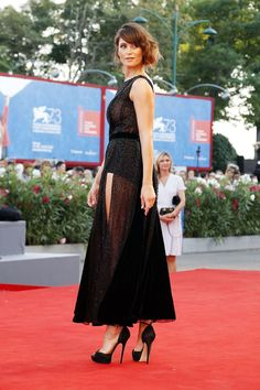 Gemma Arterton teamed her Armani dress with Jimmy Choo shoes - The Young Pope pr. Gemma Arterton teamed her Armani dress with Jimmy Choo shoes - The Young Pope premiere – September 3 2016 Black Dress Red Carpet, Red Carpet Looks, Red Carpet Dresses, Dress Black, Gemma Christina Arterton, Gemma Arterton, Celebrity Red Carpet, Celebrity Dresses, Celebrity Style