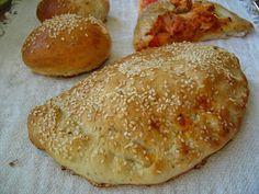 puszyste ciasto drożdżowe z dodatkiem oregano, idealne na pizzę, calzone lub bułki śniadaniowe Calzone, Baked Potato, Hamburger, Pizza, Potatoes, Bread, Baking, Ethnic Recipes, Food