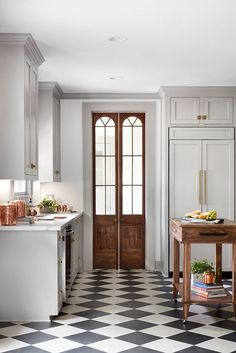 Chip & Joanna Gaines' Best Decors and Designs The Scrivano House from Fixer Up. - Chip & Joanna Gaines' Best Decors and Designs The Scrivano House from Fixer Upper Kitchen decor - Classic Kitchen, New Kitchen, Kitchen Decor, Kitchen Wood, Kitchen Ideas, Kitchen Black, Timeless Kitchen, Cheap Kitchen, Vintage Kitchen