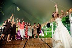 A menyasszony előre áll, hátat fordít, visszaszámlálás...3...2...1...és repül, aminek repülnie kell. A lányok sikítoznak, a férfiak feszült csendben várják az akció végét.