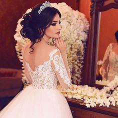 A imagem pode conter: 1 pessoa Hijab Wedding Dresses, Dream Wedding Dresses, Bridal Gowns, Wedding Tiara Veil, Wedding Bride, Bridal Makeup Looks, Bridal Hair And Makeup, Bridal Hair Buns, Wedding Poses