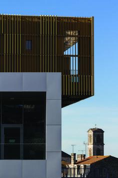 Angoulème a inauguré fin décembre sa nouvelle médiathèque, un ensemble de boîtes en porte à faux conçu par l'architecte Françoise Raynaud.