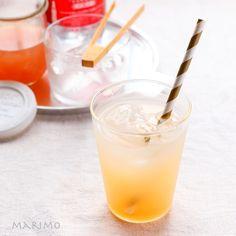 暑い季節を迎えて、キリリとフレッシュなジンジャーエールも飲みたいな、なんて思いはじめる頃ですね。実はジンジャーエールって作り方がとっても簡単!シンプルな材料であっという間に作れちゃうんですよ♪今回は、その作り方とともに、自家製ジンジャーエールのアレンジレシピや、ジンジャーエールを使ったアイデアドリンク、デザートをご紹介します。朝ごはんのおともに、家事や勉強の合間に、そして夜のお疲れ様の1杯に、ささっと作って召し上がれ。体はポカポカ、気持ちはリフレッシュできるはずです。 Marimo, Sweets Recipes, Glass Of Milk, Cantaloupe, Panna Cotta, Alcoholic Drinks, Fruit, Ethnic Recipes, Instagram Posts