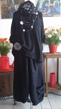 nice fabric embellishment detail at the hip Mature Fashion, Plus Size Fashion, All Black Dresses, Boho Fashion, Womens Fashion, Boho Look, Chic Outfits, Fabric Embellishment, My Style