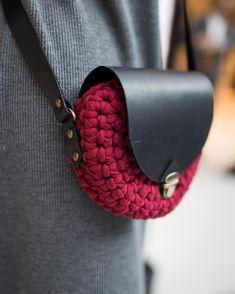І щее ближче❤️ Деталі by @k.kaverznaya #bagskiev #leatherwork #leatherbags #bag #handmade #сумкакиев #сумка #сумкиукраина #snug #трикотажнаяпряжа #натуральнаякожа #клатч #маленькаясумочка