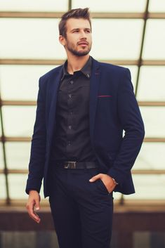 Blue suit and black shirt combo. Men's style 2018.