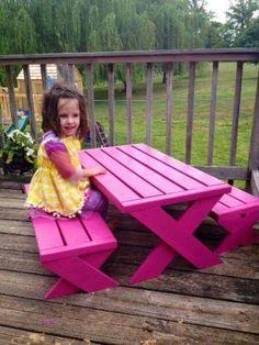 Mesa y bancos para niños hechos de tarimas