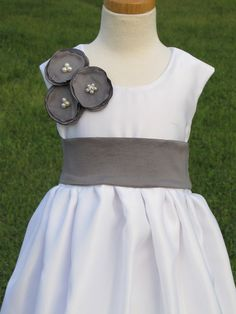 Grey flower girl dress. Cute details. Etsy.