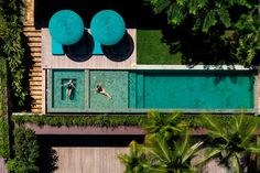 It was built in steel structure, rough stone, natural wood and glass, the house sits on a steep slope that falls directly into the ocean. Billionaire Homes, Zen House, Cozy House, Swimming Pools Backyard, Dream House Exterior, Decks And Porches, Steel Structure, Water Slides, Entertainment Room