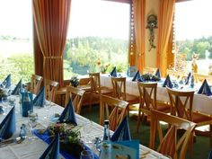 Panoramarestaurant im Landhotel Talblick. Eingedeckte Festtagstafeln