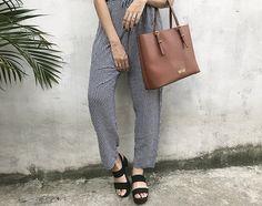 calça estampada de tecido chic, com sandália tratorada e bolsa shopper santa lolla