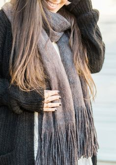Bundle up in one of these 25 cozy scarves; perfect for layering, staying warm and looking chic all fall and winter long. | @glitterinclexi | GLITTERINC.COM Thick Sweaters, Fall Sweaters, Girl Fashion, Fashion Looks, Fashion Outfits, Fashion Styles, Cozy Scarf, Autumn Cozy, Fall Scarves