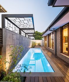 Another pool built on the side of the house. Despite being narrow, the pool is very long and the installation of the deck throughout makes the space more charming. Swimming Pool Landscaping, Small Swimming Pools, Small Pools, Swimming Pool Designs, Lap Pools, Indoor Pools, Backyard Pool Designs, Small Backyard Pools, Outdoor Pool