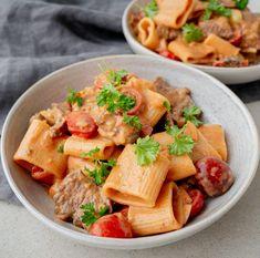 Pasta med flanksteak og cherrytomater | Mummum.dk Lchf, Keto, Cantaloupe, Potato Salad, Foodies, Bacon, Potatoes, Healthy Recipes, Dinner