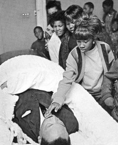 Girl touching Martin Luther King at his funeral. Rare Pictures, Rare Photos, Martin Luther King, John Lennon, Funeral, Funny Emails, The Jackson Five, Post Mortem, Coretta Scott King