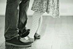 E ricordati, cara figlia mia, che se una volta, quando sarai una donna, dovessi attraversare un momento difficile in cui ti sentirai sola come mai ti è successo e non troverai nessuno accanto, dovrai girare la testa per guardare dietro di te. E troverai un uomo solo. Tuo padre.