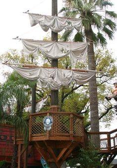 Custom Tree Houses - Custom: Fiesta de Pirates - An immense pirate-themed play structure.