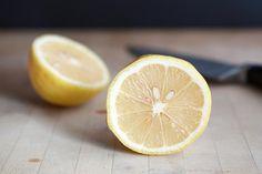 Ev ortamında kolayca yapabileceğiniz yoğurt ve limon maskesi sayesinde doğal yollarla sivilce ve cilt lekeleri ile savaşacaksınız. Sayfamızda tarifi bulabilirsiniz.