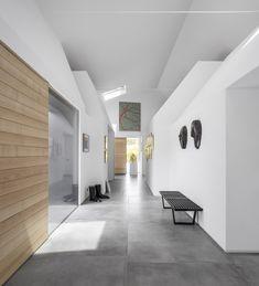 Hallway designed with only 2 XXL tiles. Informations About Flur mit nur 2 XXL Fliesen ausgelegt. Houses In France, Hallway Designs, Hallway Ideas, Concrete Tiles, Ceramic Floor Tiles, Concrete Patio, Grey Flooring, Modern Flooring, Tile Design