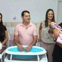 Pai recebe dicas sobre a importância do banho para o bebê