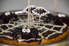 Die Gruselzeit geht los: Gib mir Süßes, sonst gibt es Saures! Ich habe Süßes für euch. :-D Ein leckerer Spinnenkuchen mit Spinnweben aus Zuckerwatte. Himmlisch! Wünsche euch allen eine schaurig-schöne Halloween-Nacht. #halloween #trickortreat #suessesodersaures #spider #spinnenkuchen #spiderweb #traditionofireland