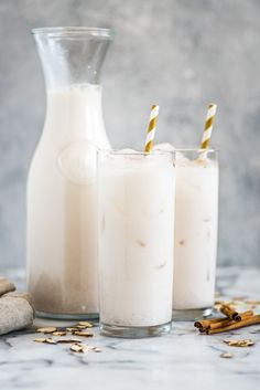 This horchata recipe is refreshing creamy and easy to make. Made from rice almonds and cinnamon this sweetened Mexican drink is dairy free gluten free vegetarian and vegan. Mexican Horchata, Mexican Drinks, Mexican Food Recipes, Ethnic Recipes, Mexican Tacos, Mexican Party, Dinner Recipes, Easy Horchata Recipe, Homemade Horchata