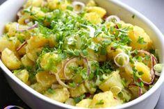 Svako pravi krompir salatu na svoj način, a ovo je moj omiljeni. Krompir skuhajte cijeli i ogulite pa izrežite na kocke. Posolite i ostavite da se malo ohlad...