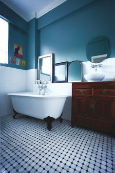 Salle de bain aux miroirs et au carrelage