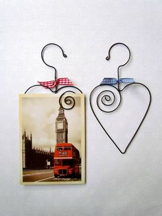 Rámiky ♡ home deco porte photo carte postale metal motif coeur heart herz Metal Crafts, Diy And Crafts, Arts And Crafts, Paper Crafts, Wire Hanger Crafts, Wire Hangers, Wire Wrapped Jewelry, Wire Jewelry, Copper Wire Art