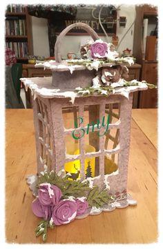 Il feltro per la sua malleabilità è un materiale che bene si presta a tante applicazioni, negli anni… Christmas Lanterns, Christmas Crafts, Christmas Ornaments, Holiday Decor, Felt Crafts, Diy And Crafts, Crafts For Kids, Paper Crafts, Felt Flowers