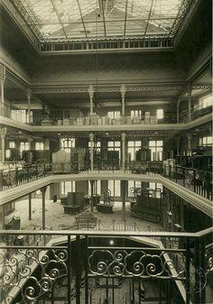 Le premier magasin, rue d'Alsace, avec sa trémie centrale modernisée en 1929 (grilles Art déco) ! Avant l'apparition des hypermarchés, trois grandes enseignes se partageaient la clientèle angevine : le Palais des Marchands (1875), les Nouvelles Galeries (1901) et les Dames de France (1906).