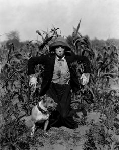 """Buster Keaton jako strach na wróble. 1920 r. ,,The Scarecrow"""" Belize Honeymoon, Honeymoon Island, Retro Photography, Celebrity Photography, Make A Scarecrow, Buster Keaton, Famous Musicians, Old Hollywood Stars, Silent Film"""